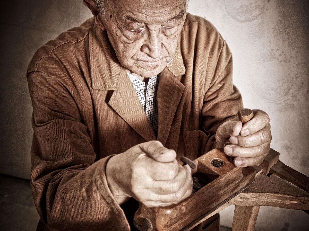 Uomo anziano lavora il legno