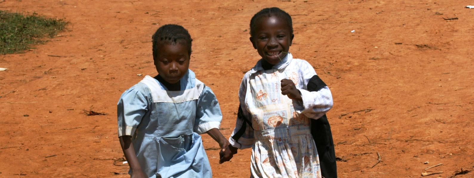 Bambini del Cameroun camminano tenendosi per mano