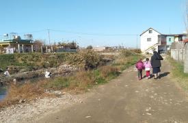 Suora e bambini a Durazzo in Albania